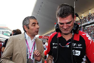 Роуэн Аткинсон с механиком Marussia Virgin на стартовой решетке Гран-при Индии 2011