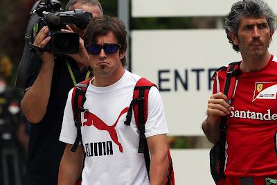Фернандо Алонсо и механик Ferrari на Гран-при Малайзии 2012
