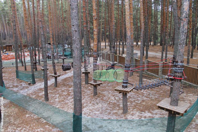 Территорию базы отдыха окружают великолепные пейзажи: с одной стороны сосновый бор, с другой - водная гладь