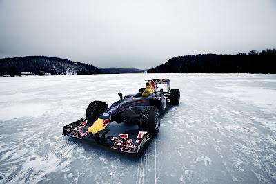 болид Формулы-1 Red Bull на замершем озере в Квебеке
