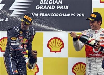 Дженсон Баттон направляет струю шампанского в голову Себастьяна Феттеля на подиуме Гран-при Бельгии 2011