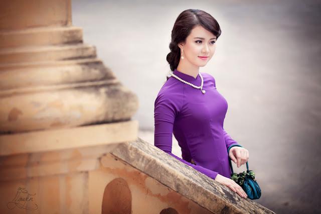 Hình ảnh phụ nữ mặc áo dài tím thật phúc hậu