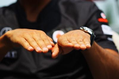 руки Льюиса Хэмилтона на Гран-при Канады 2011