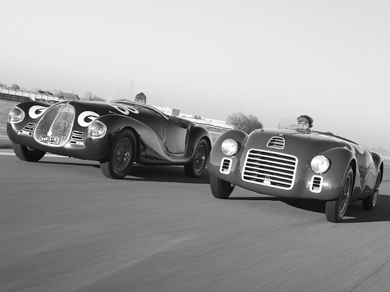 Фелипе Масса за рулем Auto Avio 815 и Фернандо Алонсо за рулем Ferrari 125 S - черно-белое фото