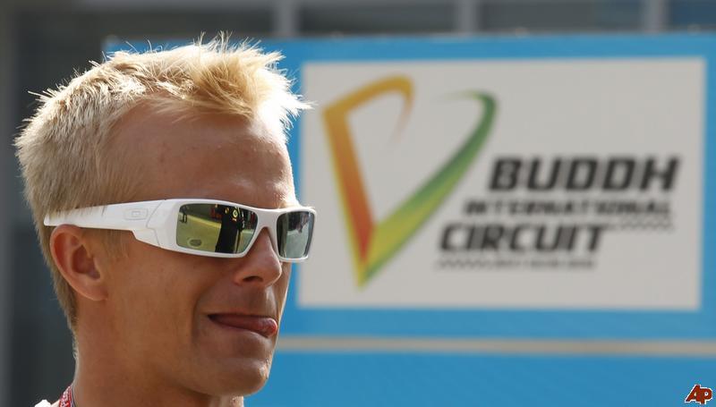 Хейкки Ковалайнен облизывается на фоне вывески Buddh International Circuit на Гран-при Индии 2011