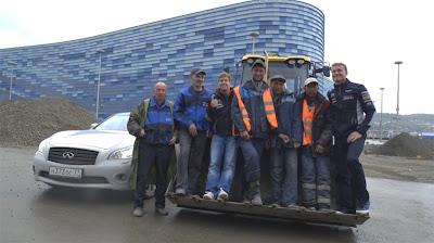 Себастьян Феттель и Дэвид Култхард с рабочими на трассе в Сочи 22 апреля 2013