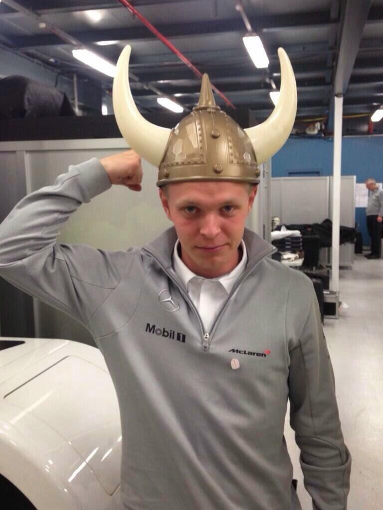 Кевин Магнуссен в шлеме викинга на Гран-при Австралии 2014