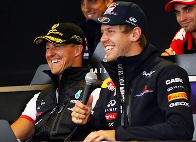 Михаэль Шумахер и Себастьян Феттель смеются на пресс-конференция Гран-при Бельгии 2011 в четверг