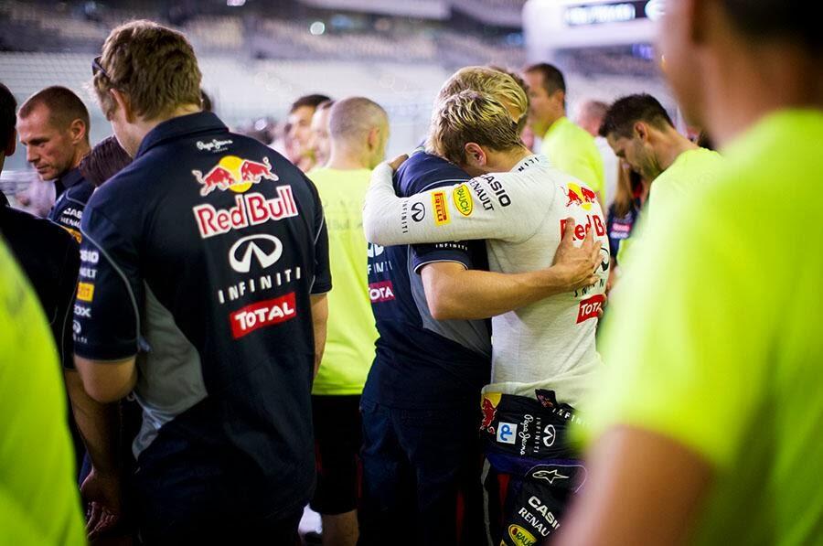 Себастьян Феттель обнимается с Хейкки Хуовиненом на Гран-при Абу-Даби 2013