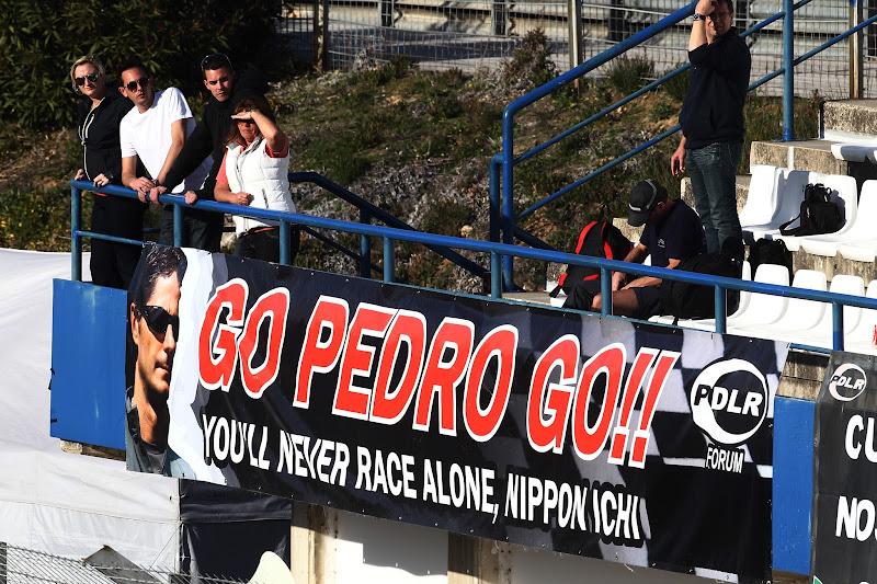баннер болельщиков Педро де ла Росы на трибунах Хереса на тестах 7 февраля 2012
