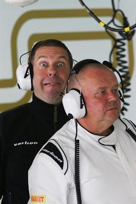 механик HRT строит рожицы за спиной коллеги на Гран-при Кореи 2012