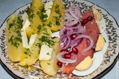 семга, картошка, лук, яйца, гранат