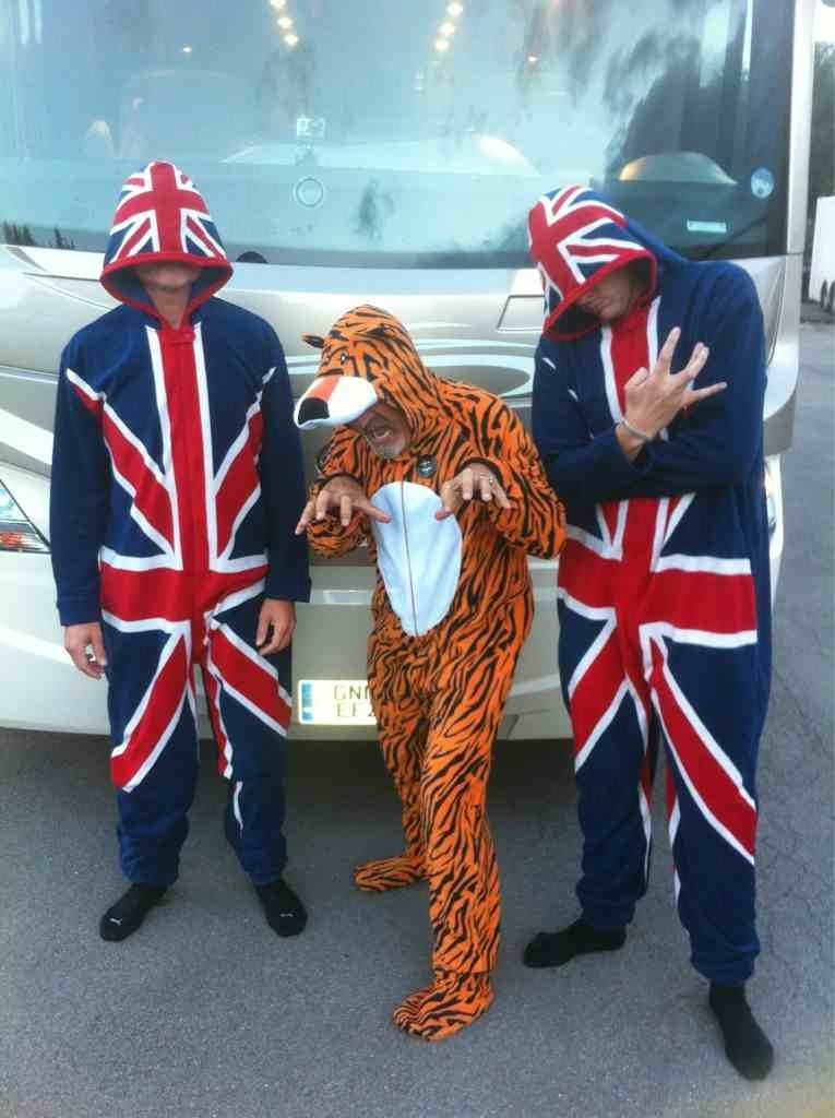 Дэвид Култхард Эдди Джордан Джейк Хамфри BBC в костюмах тигра и британского флага на Гран-при Бельгии 2012