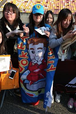покер-баннер Фернандо Алонсо и болельщики на Гран-при Китая 2013