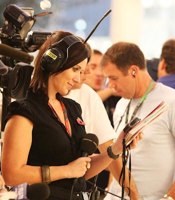 журналистка BBC Ли Маккензи во всеоружии на Гран-при Абу-Даби 2011