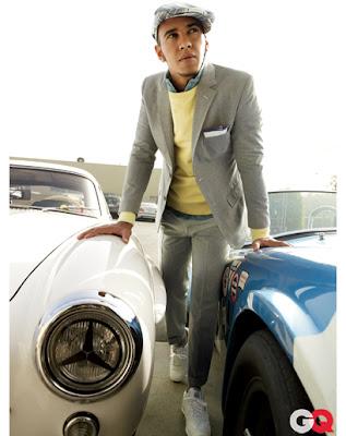 фотосессия Льюиса Хэмилтона в кепке между двух машин для журнала GQ Magazine за январь 2012