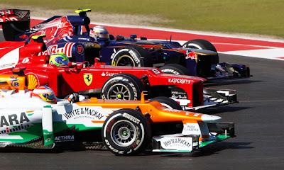 Пол ди Реста Фелипе Масса Жан-Эрик Вернь в три ряда в первом повороте Гран-при США 2012