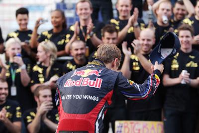 Себастьян Феттель снимает кепку перед своей командой Red Bull на Гран-при Кореи 2011