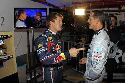 Себастьян Феттель тычет пальцем в Михаэля Шумахера на Гонке чемпионов 2011