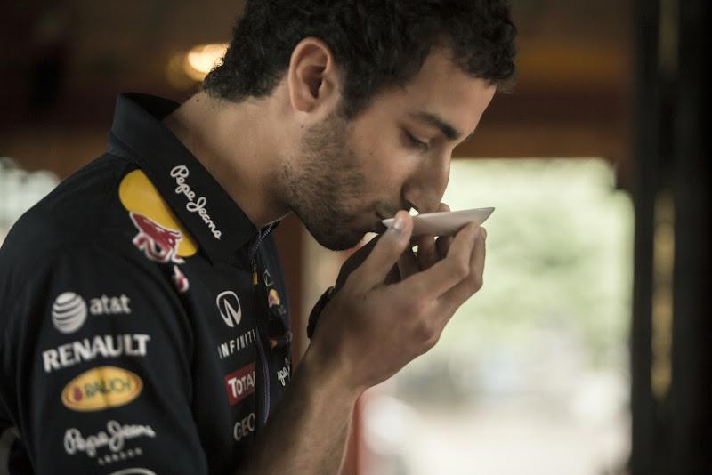Даниэль Риккардо пьет чай в храме Токио перед Гран-при Японии 2014