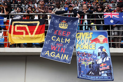 болельщики Red Bull на трибунах Йонама с плакатами в поддержу Феттеля на Гран-при Кореи 2011