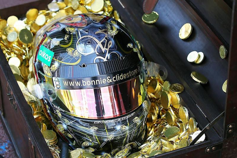 пиратский шлем Витантонио Льюцци в сундуке с золотом специально для Гран-при Монако 2011