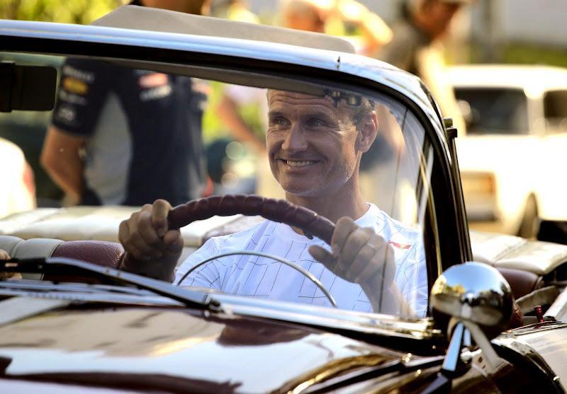 Дэвид Култхард за рулем кабриолета 1955 Pontiac на ежегодном параде классических автомобилей в Гаване 18 августа 2013