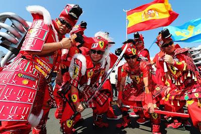 болельщики Ferrari в нарядах воинов на Гран-при Японии 2012