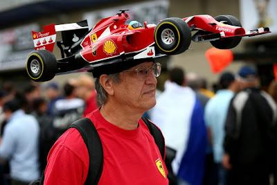 болельщик Ferrari и Фернандо Алонсо в кепке из болида на Гран-при Канады 2014