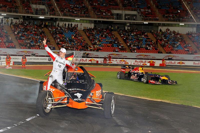 Михаэль Шумахер и Себастьян Феттель отмечают победу в кубке наций на Гонке чемпионов 2012