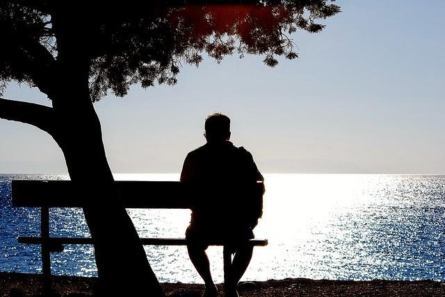 ảnh người đàn ông cô đơn ngồi 1 mình ngắm biển
