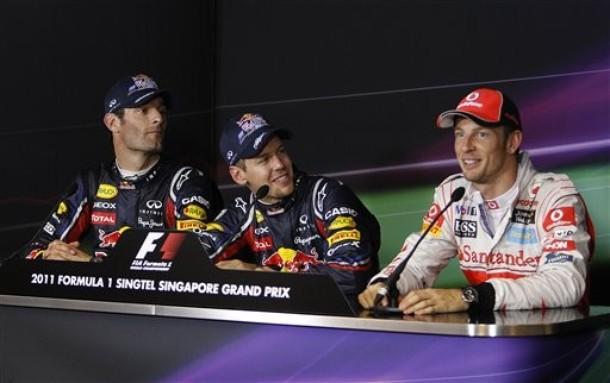 Марк Уэббер и Себастьян Феттель смотрят на Дженсона Баттона на пресс-конференции после квалификации на Гран-при Сингапура 2011
