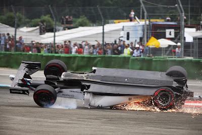 Williams Фелипе Массы вверх ногами в первом повороте Гран-при Германии 2014