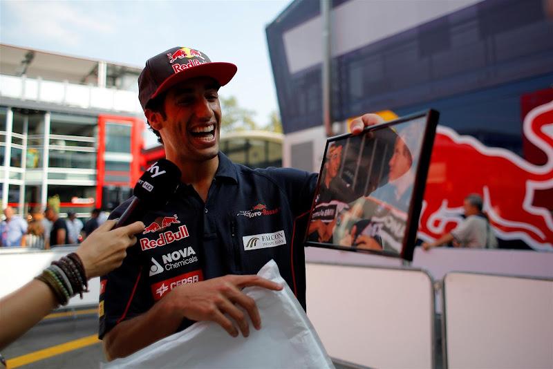 Даниэль Риккардо и фотография его с Себастьяном Феттелем из Шанхая 2006 на Гран-при Италии 2013