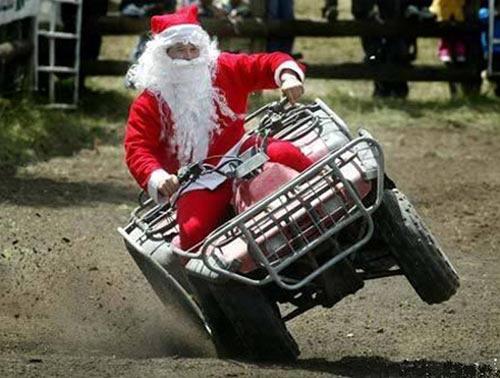Ảnh vui ông già Noel đi phát quà bằng xe bốn bánh