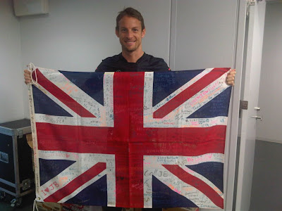 Дженсон Баттон с британским флагом от болельщиков на Гран-при Японии 2011