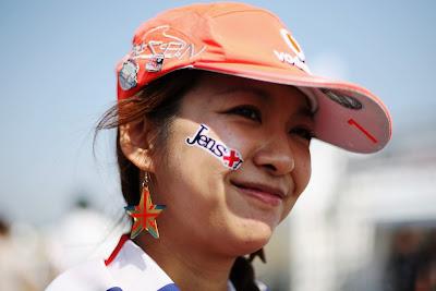 болельщица Дженсона Баттона с кепкой и фэйсартом на Гран-при Японии 2011