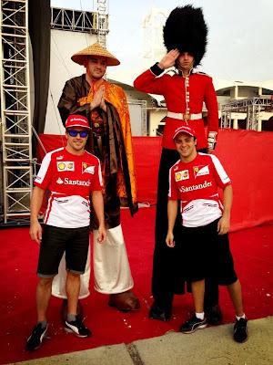 Фернандо Алонсо и Фелипе Масса фотографируются с высокими болельщиками на Гран-при Бахрейна 2013