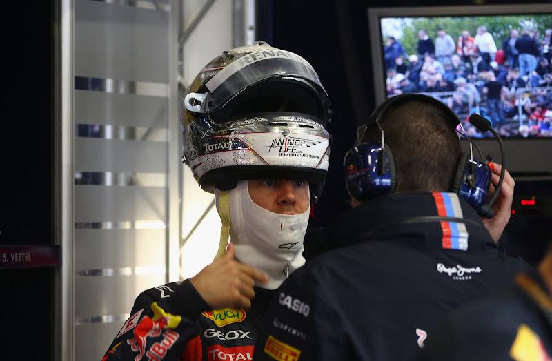 Себастьян Феттель разговаривает с Гийомом Рокленом на Гран-при Германии 2011
