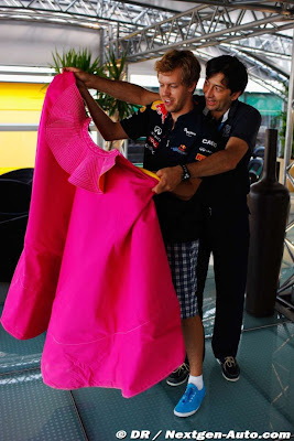 Себастьян Феттель и розовый плащ на Гран-при Европы 2011