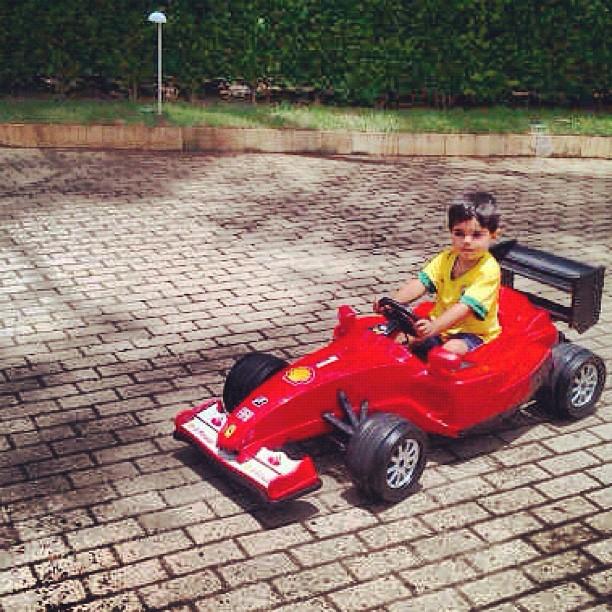 болид Ferrari на день рождение Фелипиньо