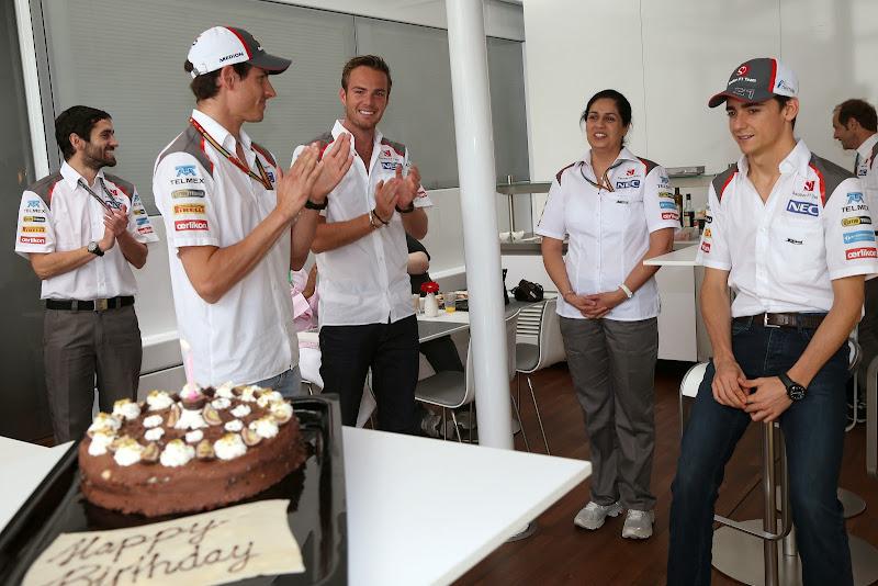 Мониша Кальтенборн принимает поздравления с днем рождения на Гран-при Испании 2014