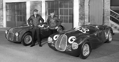 Фернандо Алонсо и Фелипе Масса с машинами Auto Avio 815 и Ferrari 125 S - черно-белое фото
