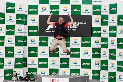 фотограф прыгает на подиуме Гран-при Бразилии 2011