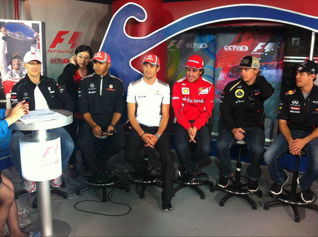 шесть чемпионов мира дают интервью для телевидения на Гран-при Китая 2012