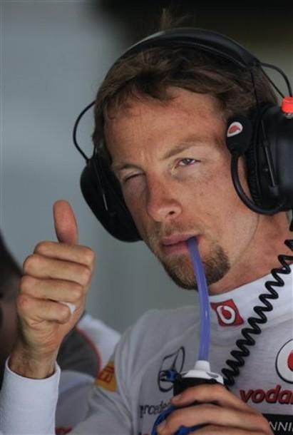 Дженсон Баттон подмигивает и показывает большой палец в пятницу на Гран-при Испании 2012