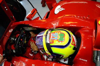 шлем Фелипе Массаы с чемпионскими годами Айртона Сенны на Гран-при Абу-Даби 2011