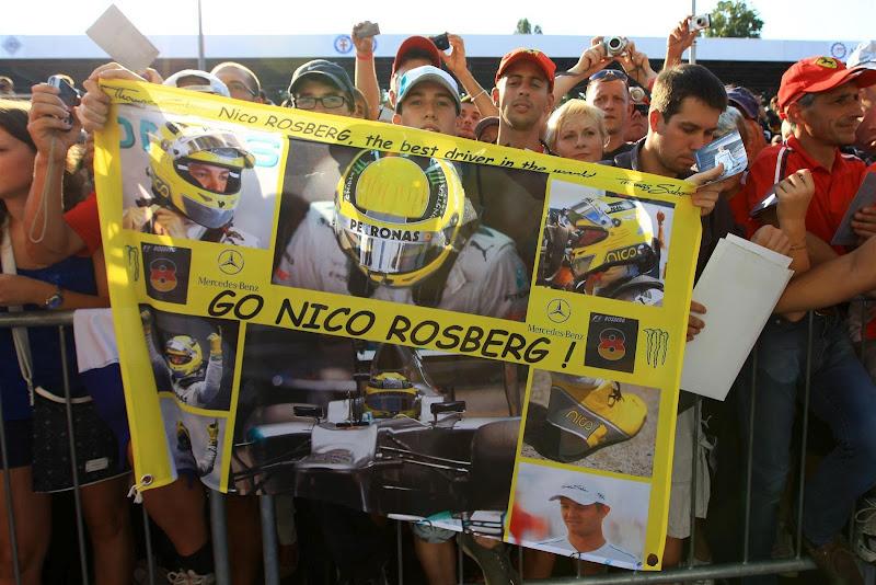 болельщики Нико Росберга с баннером на Гран-при Италии 2012