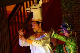 Taniec ludowy opowiadający historię dwóch księżniczek, które udały się do lasu, aby schwytać konia i niespodziewanie ich plany pokrzyżowała niesforna małpa.