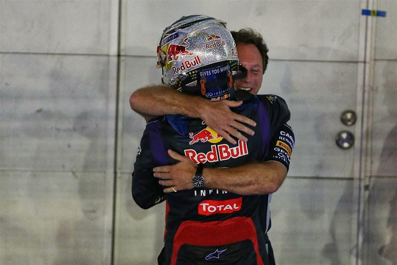 Кристиан Хорнер обнимает Себастьяна Феттеля после победы на Гран-при Сингапура 2013